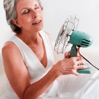 Frau mit Ventilator