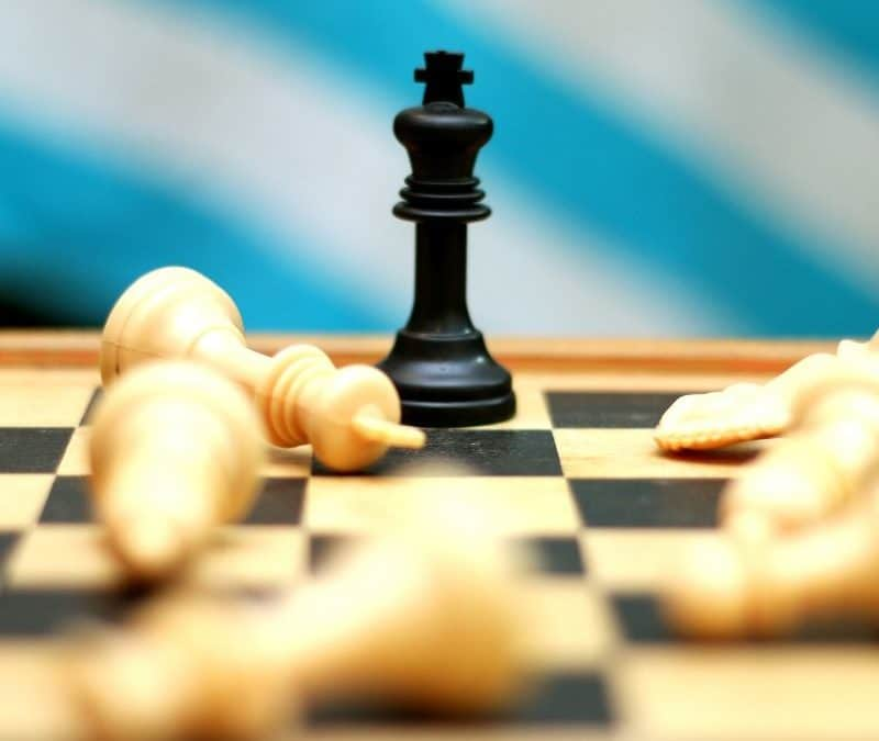 Schachfigur zeigt Schach Matt - Winner oder Loser?